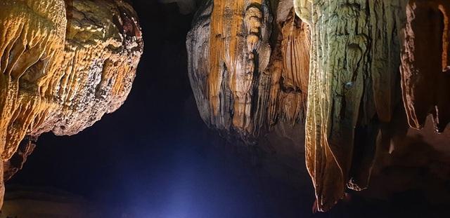 Không gian mê cung tráng lệ, phảng phất nét bí ẩn, đó chính là hang Chà Lòi hay còn gọi là Hang Đại Tướng